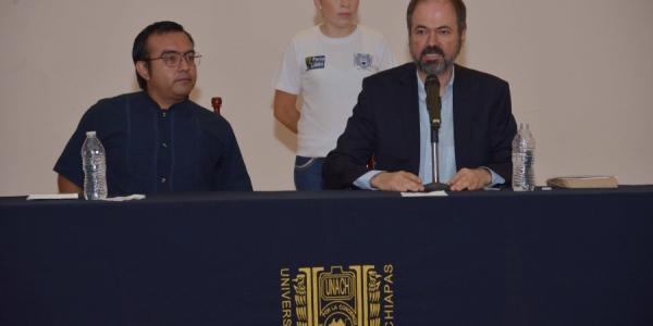 Presenta en la UNACH escritor y periodista Juan Villoro libro sobre relatos personales