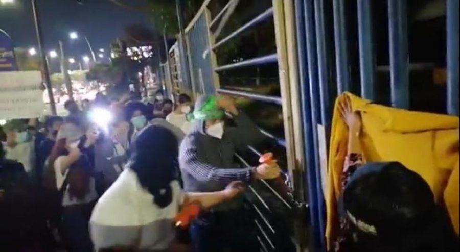 Jóvenes rompen candados de la entrada principal del Campus I de la UNACH