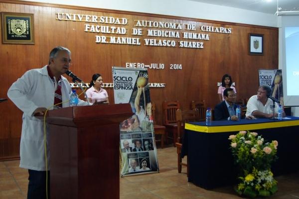 Dicta académico de la UNAM conferencia en la Facultad de Medicina de la UNACH